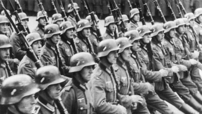 Bundesarchiv_Bild_146-1989-034-21,_Warschau,_Parade_vor_Adolf_Hitler.jpg